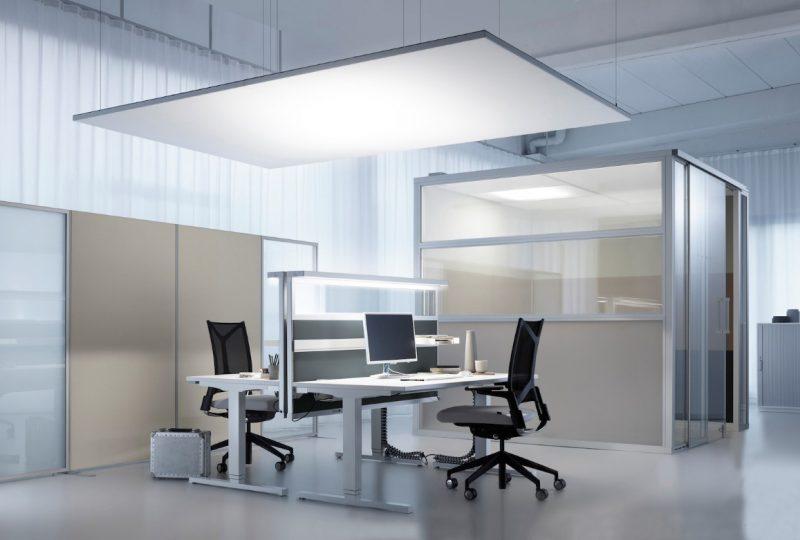 Schallschutz im Großraumbüro mit zusätzlicher Arbeitsplatzbeleuchtung